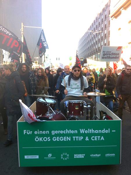 Erfolgreiche Drumbike-Aktion bei TTIP-Demo